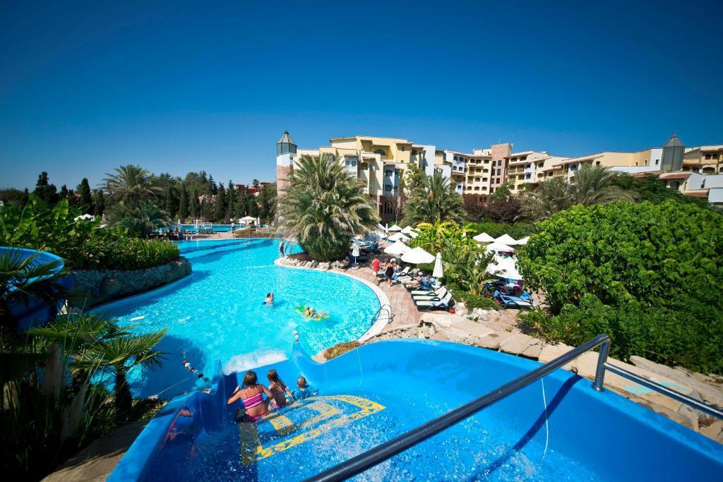 Uitzicht op het zwembad bij Limak Arcadia Golf Resort - 2 children Free up to age 14 of in de buurt