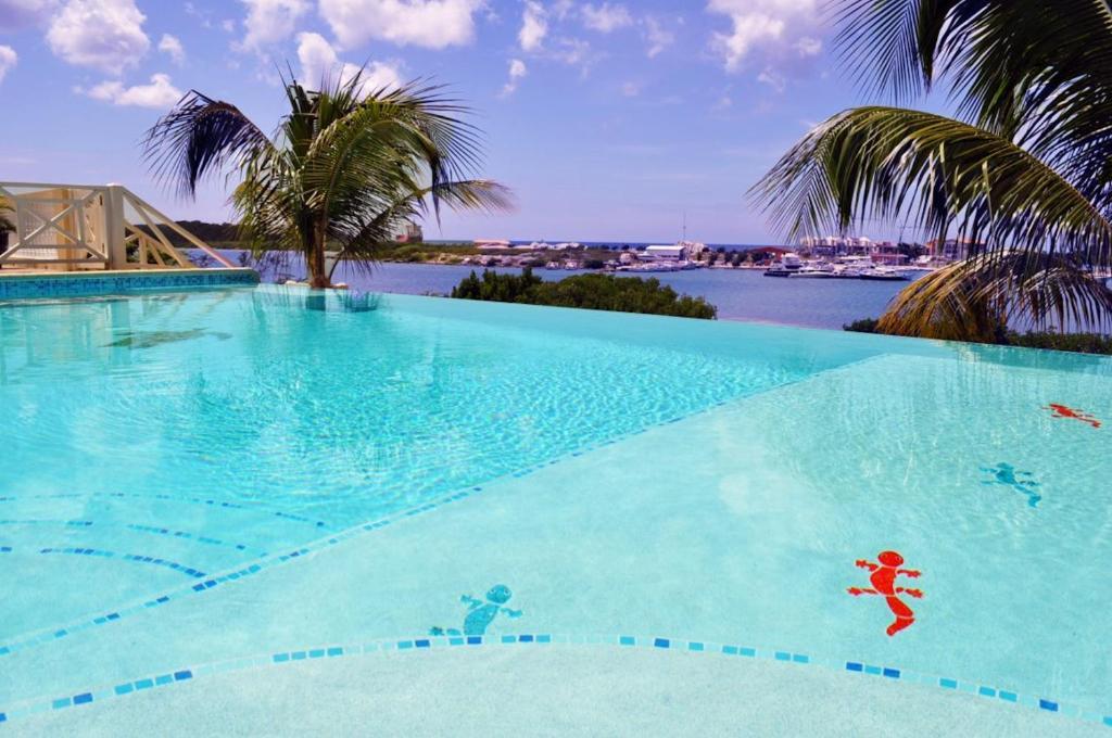 A piscina localizada em Villa Serenity ou nos arredores