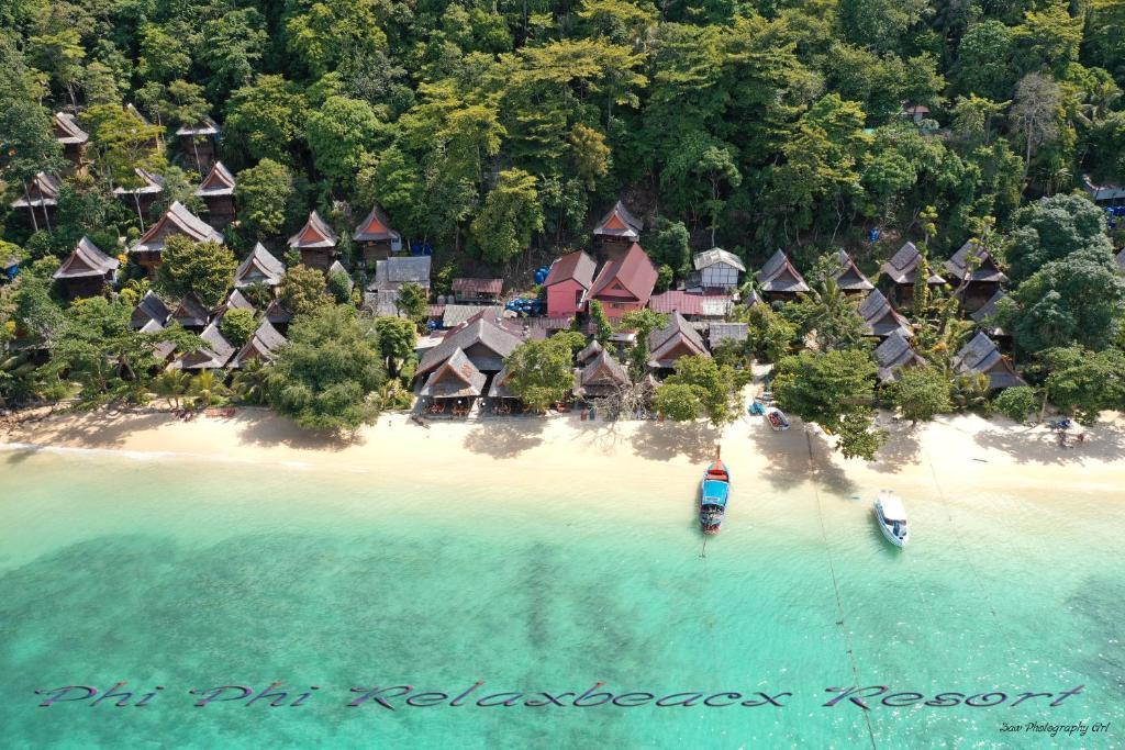 Een luchtfoto van Phi Phi Relax Beach Resort