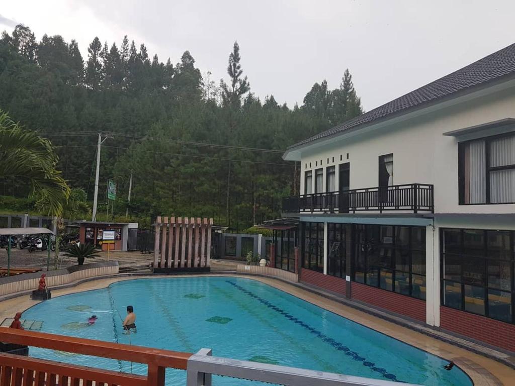 The swimming pool at or close to Hotel Sunqta Syariah Guci