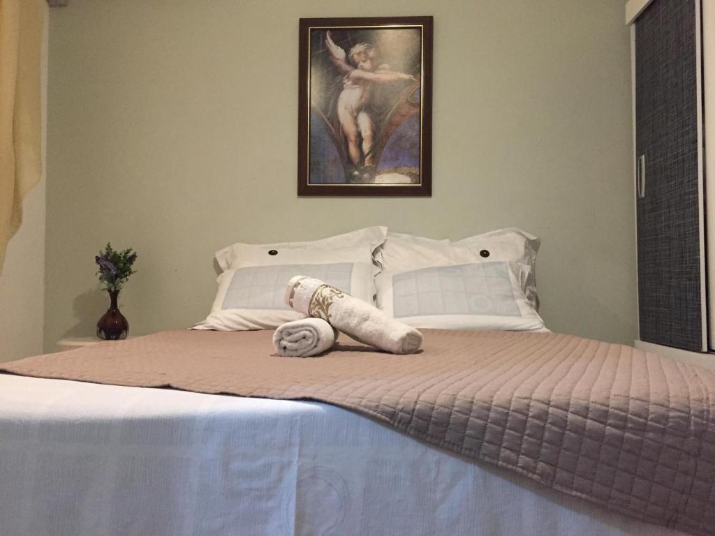 A bed or beds in a room at Suite - 400m do mar até 3 pessoas
