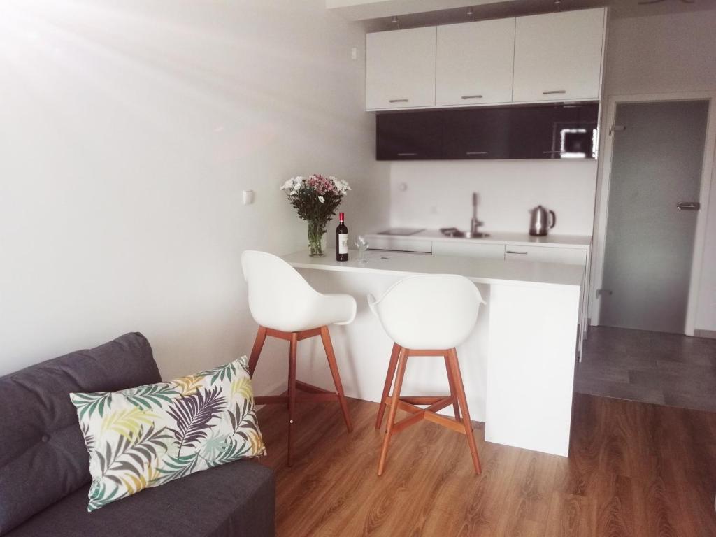 A kitchen or kitchenette at Apartament w centrum