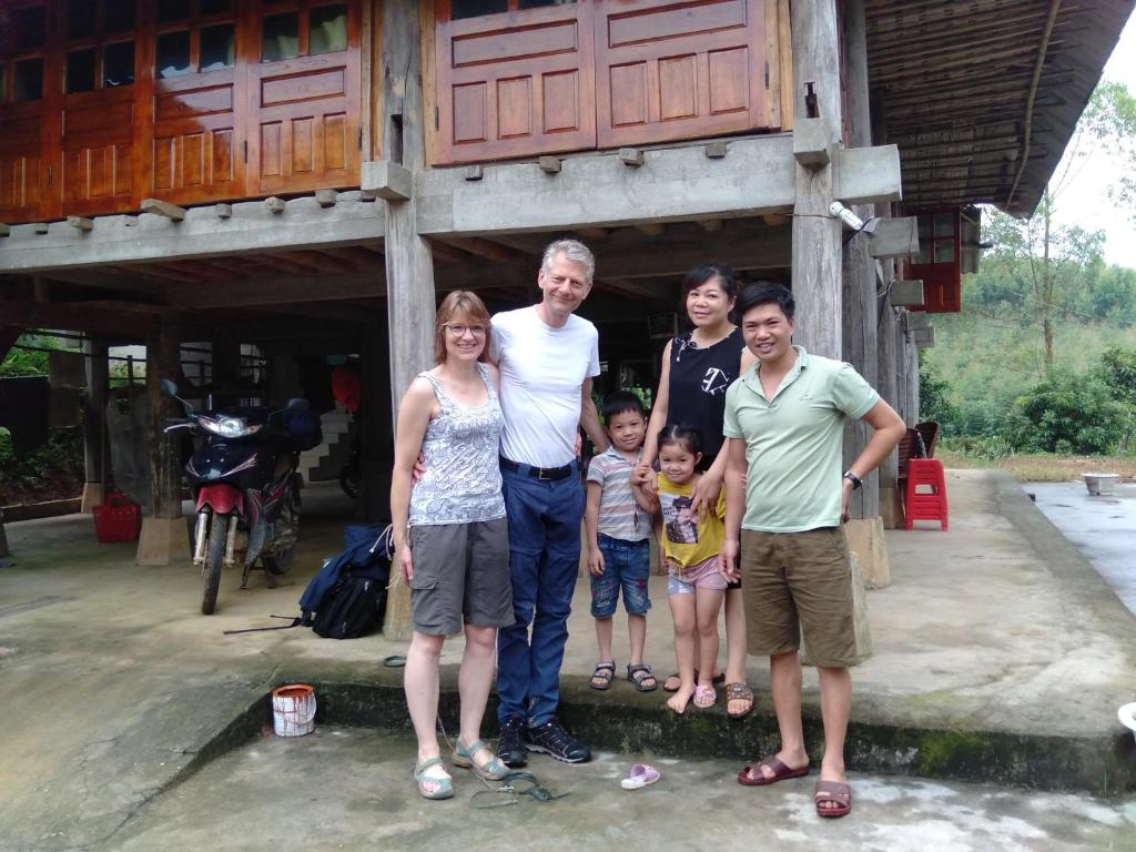 A family staying at Vu Linh Farmstay