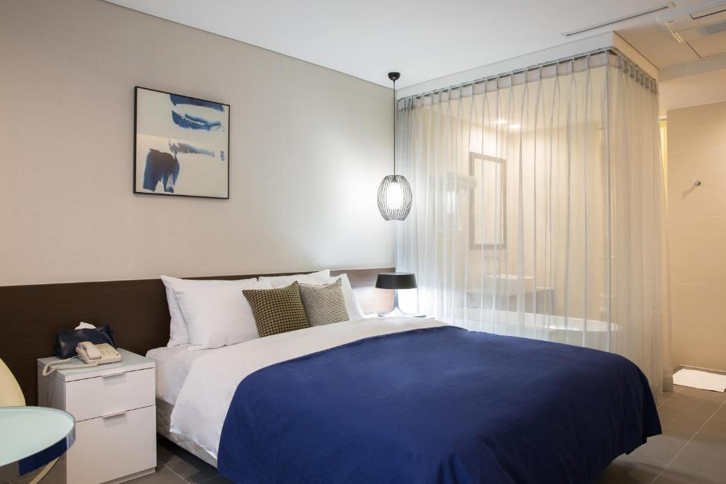A bed or beds in a room at Hotel Mate Bundang