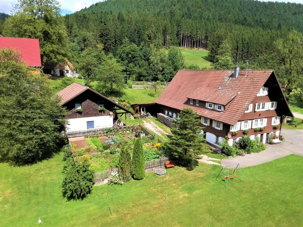 Blick auf Untermetzgersbauernhof Alpirsbach aus der Vogelperspektive