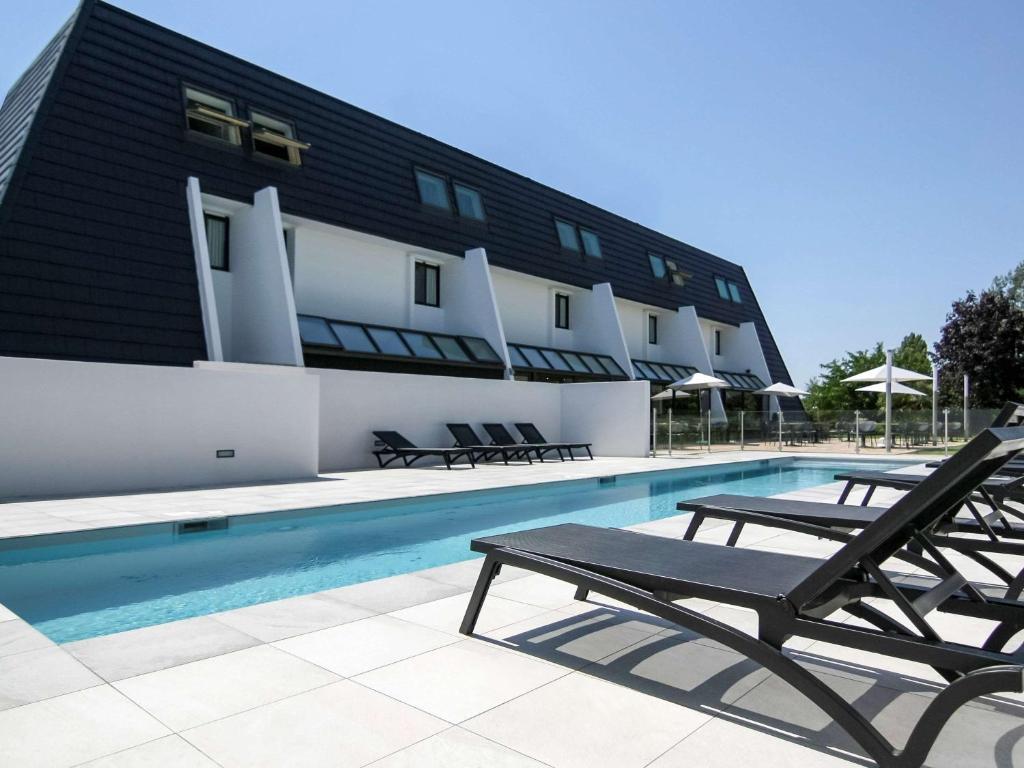 Der Swimmingpool an oder in der Nähe von Ibis Styles Toulouse Labège