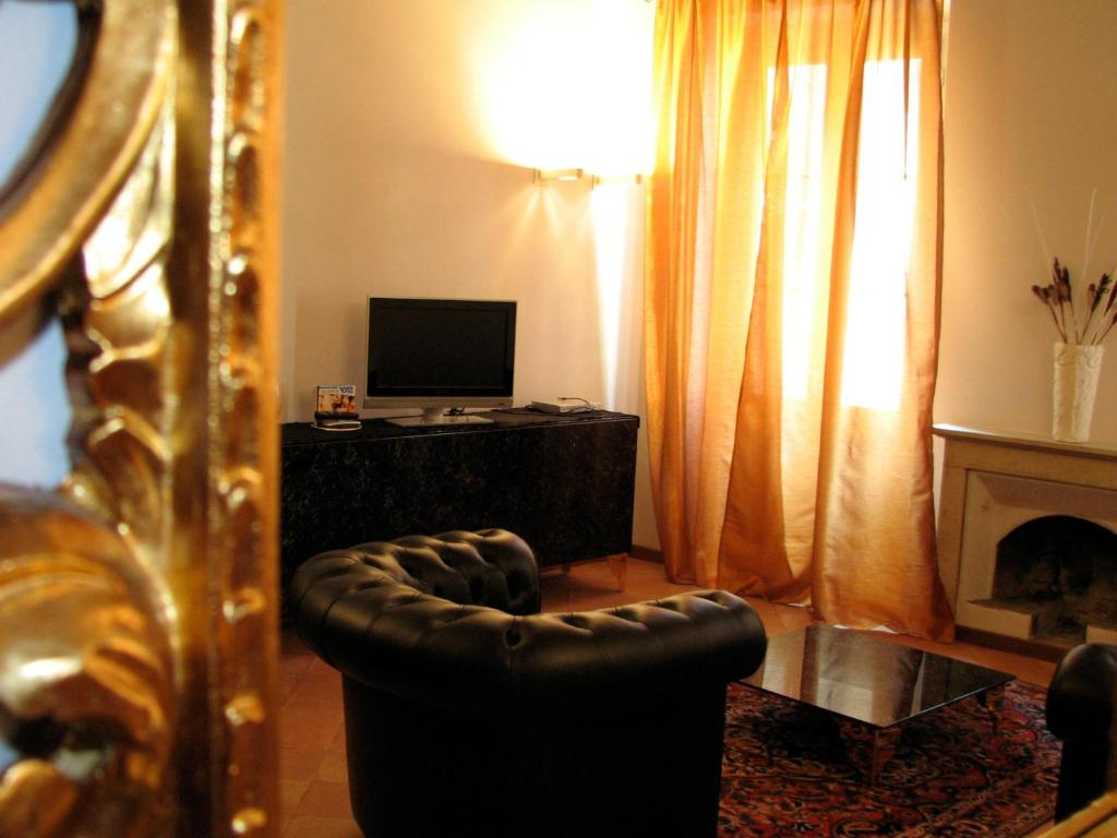 A television and/or entertainment center at Parizzi Suites & Studio