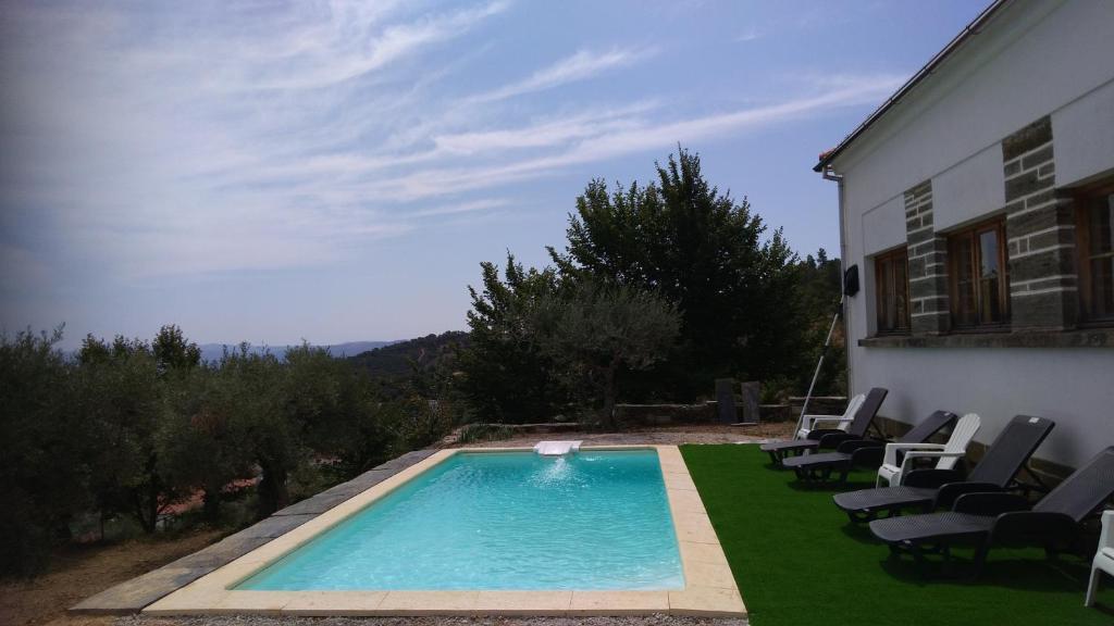 The swimming pool at or near Alojamento Rural de Sendim da Serra