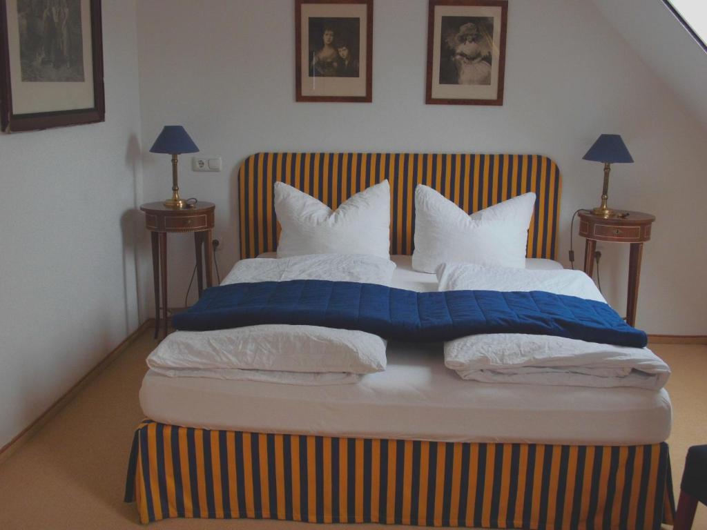 A bed or beds in a room at Pension Am Museum