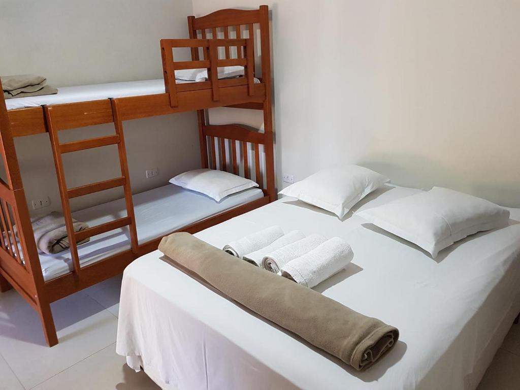 Uma ou mais camas em beliche em um quarto em Pousada Sol Nascente ll