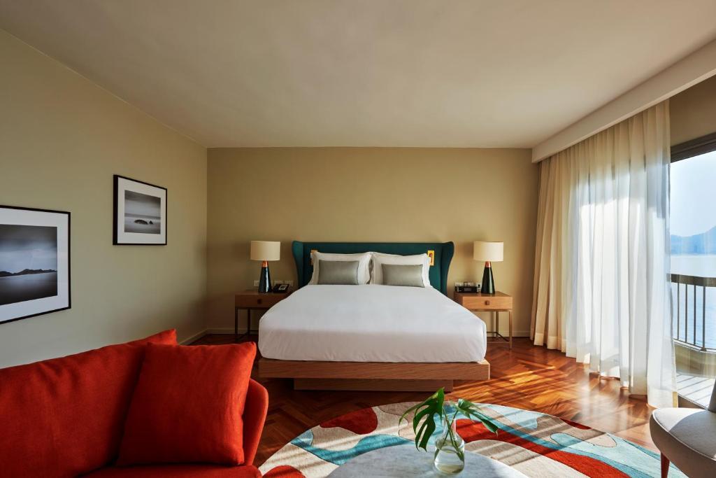 A bed or beds in a room at Fairmont Rio de Janeiro Copacabana