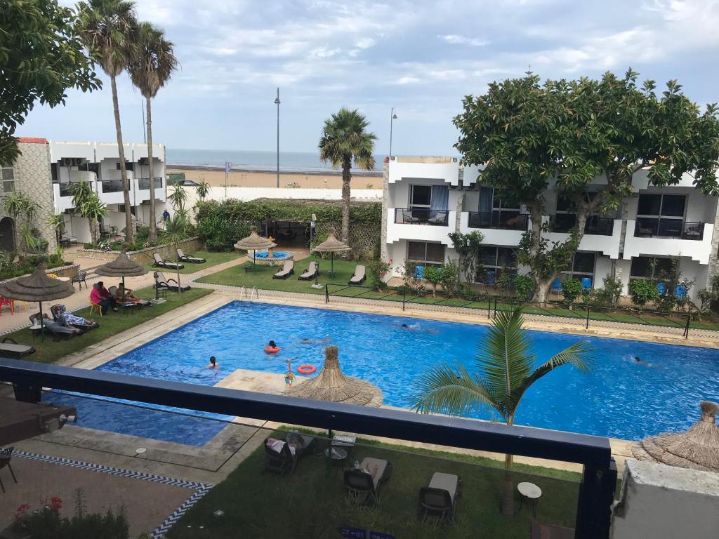 Vue sur la piscine de l'établissement Hotel Al Khaima ou sur une piscine à proximité