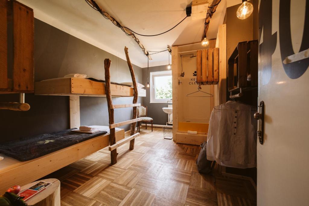 Ein Etagenbett oder Etagenbetten in einem Zimmer der Unterkunft The Keep Eco Residence