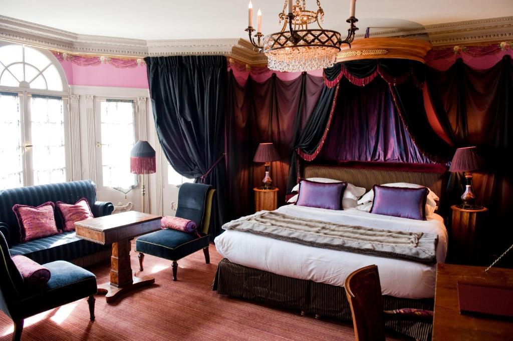 A bed or beds in a room at L'Hôtel