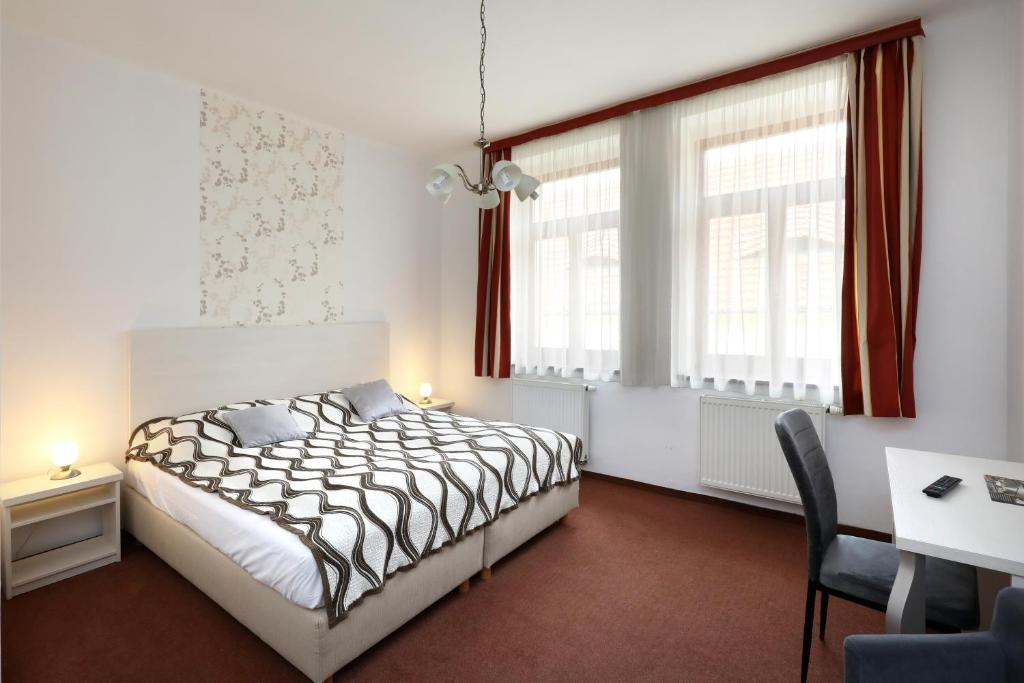Кровать или кровати в номере Pension U Tří sedláků