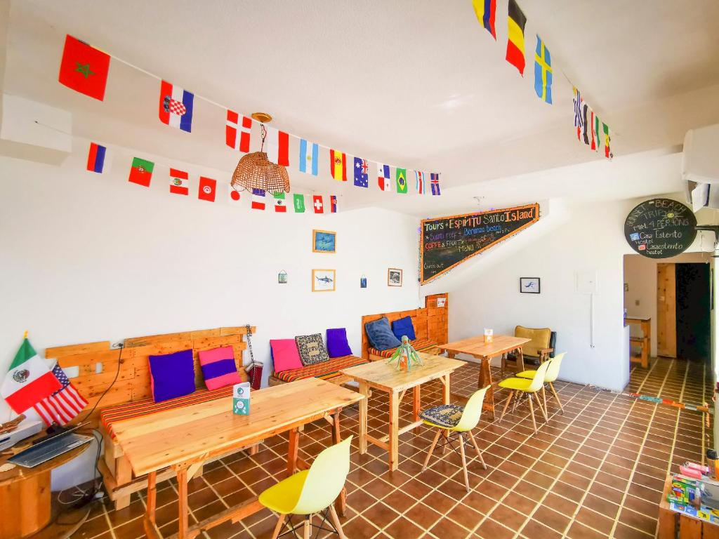 A restaurant or other place to eat at Hostel Casa Esterito