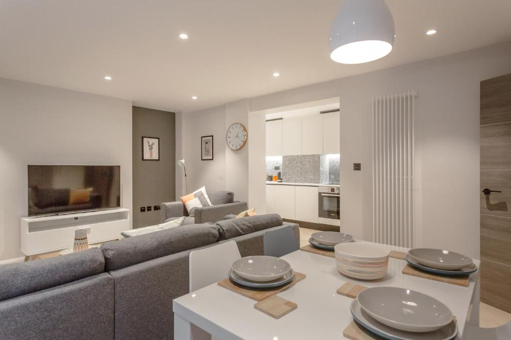 A seating area at High Spec Lux apartment