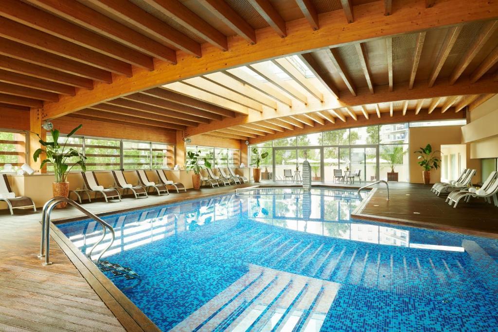A piscina localizada em Corinthia Lisbon ou nos arredores