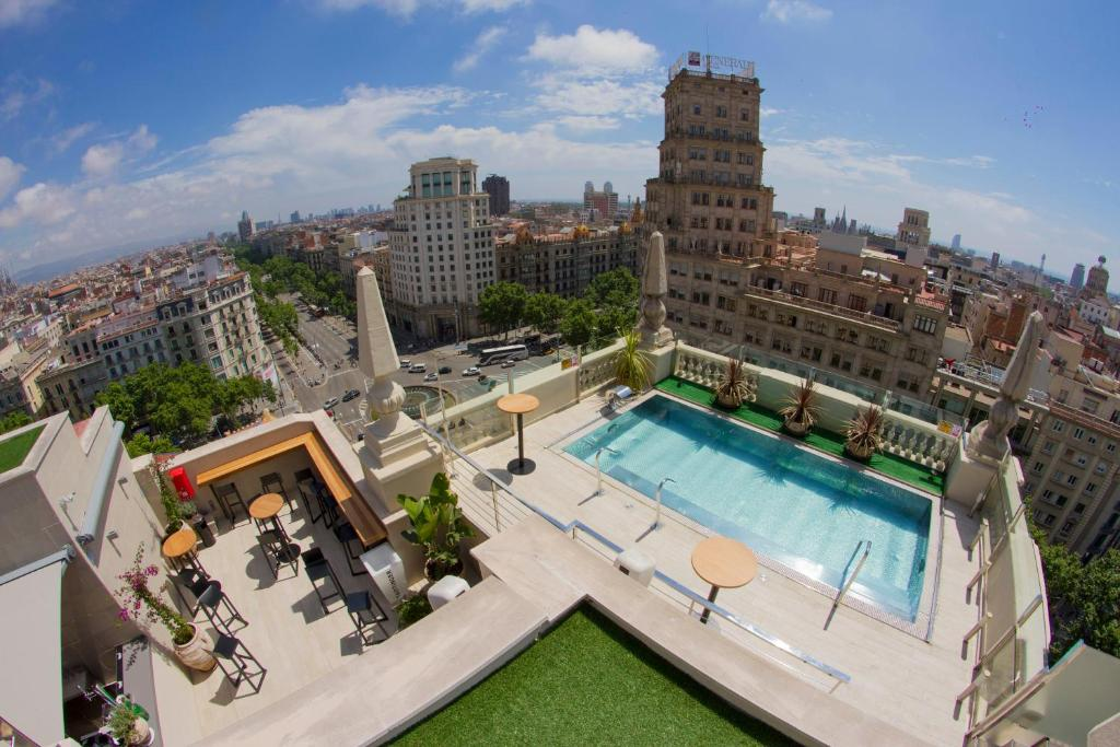 A view of the pool at El Avenida Palace or nearby