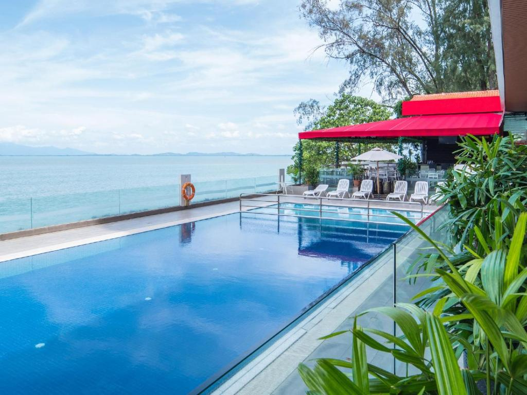 The swimming pool at or close to Hotel Sentral Seaview @ Beachfront