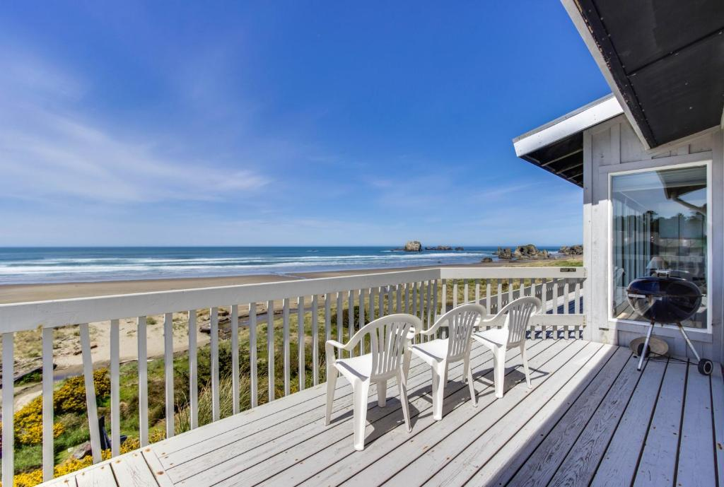 A balcony or terrace at Spindrift Oceanfront Home