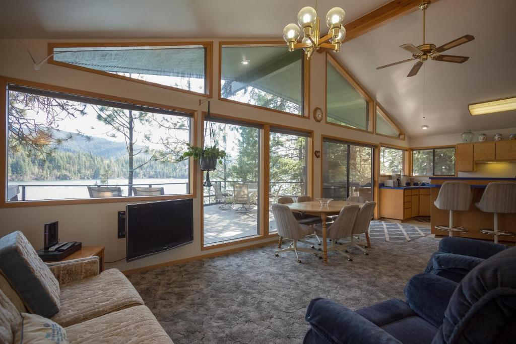 3 Bed 2 Bath Vacation home in Lake Coeur d