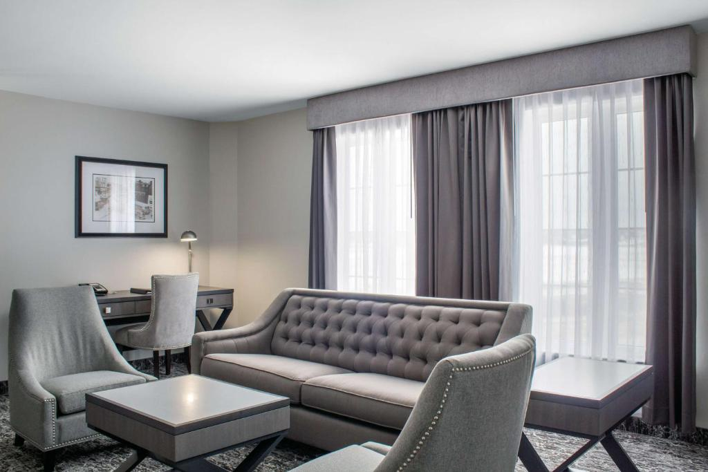 A seating area at Chateau Moncton Trademark Collection by Wyndham