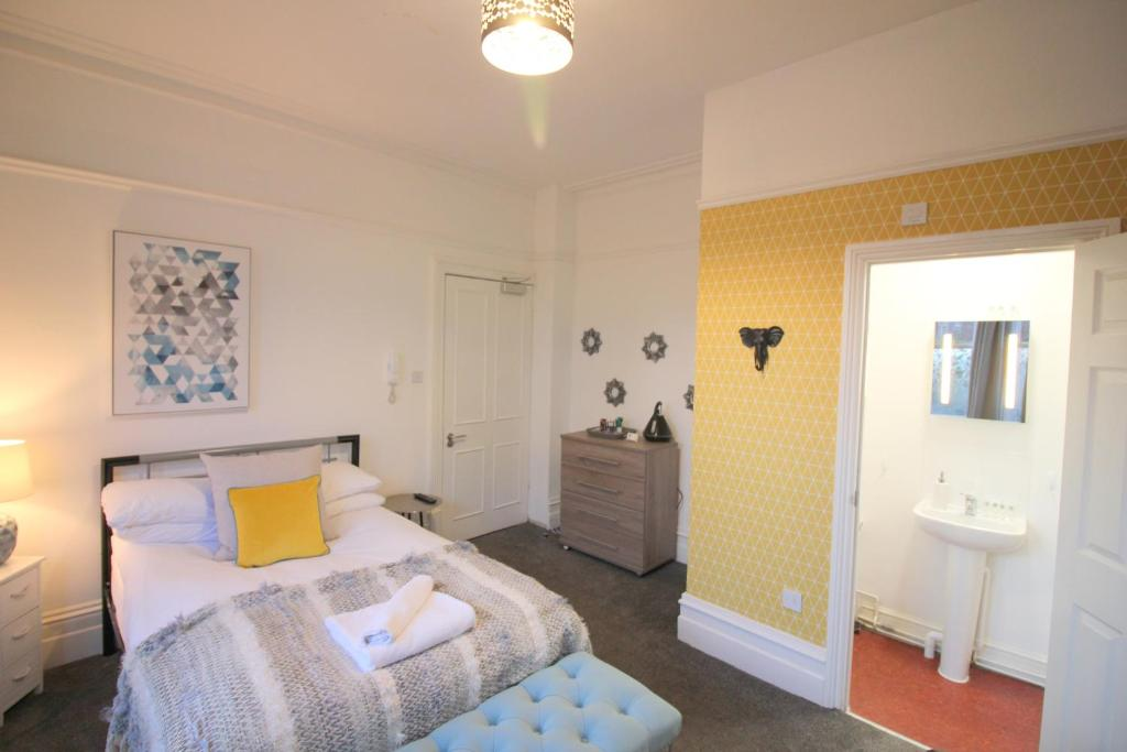 A bed or beds in a room at Cambridge City Rooms by Paymán Club