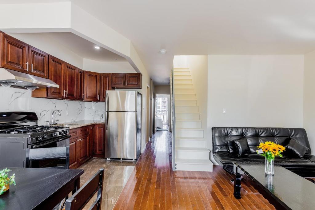 A kitchen or kitchenette at Flushing Main Street Apt, near LGA JFK US OPEN CITIFIELD NY-4