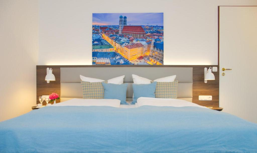 A bed or beds in a room at Lizz Hotel Munich