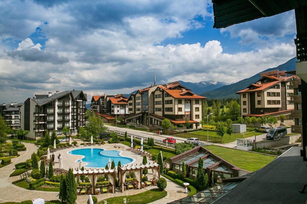 Изглед към басейн в Аспен Голф апартаменти или наблизо