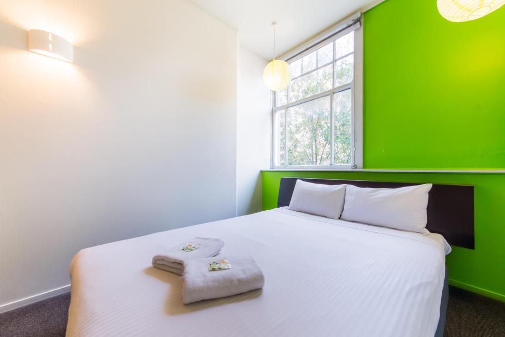 A bed or beds in a room at JUCY Snooze