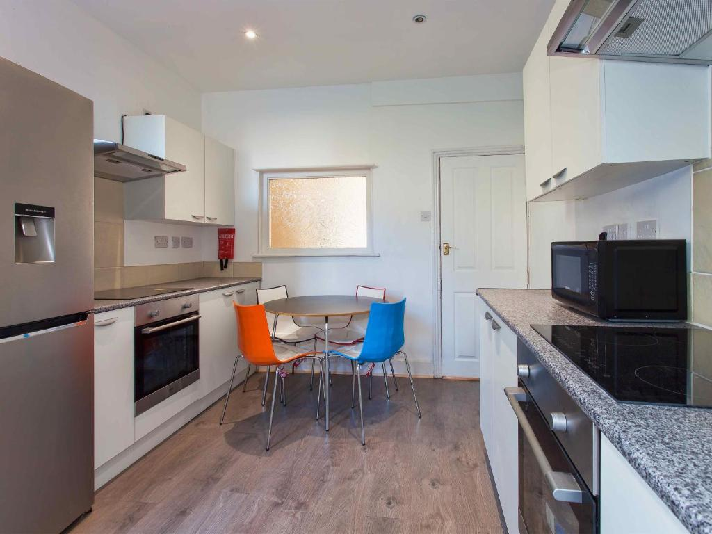 A kitchen or kitchenette at Crew Rooms Anfield