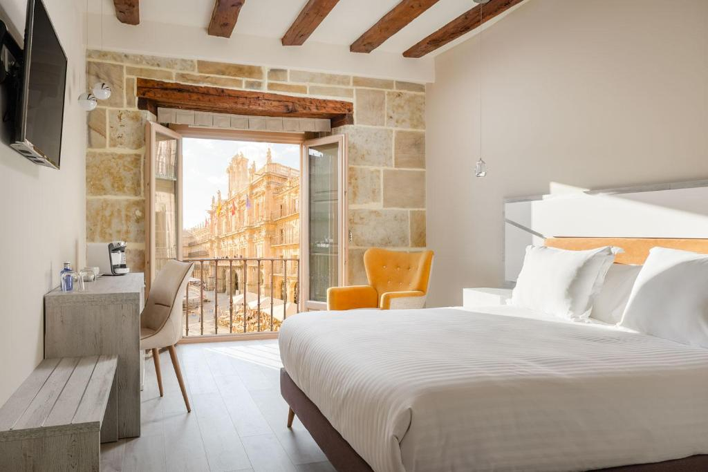 A bed or beds in a room at Salamanca Luxury Plaza