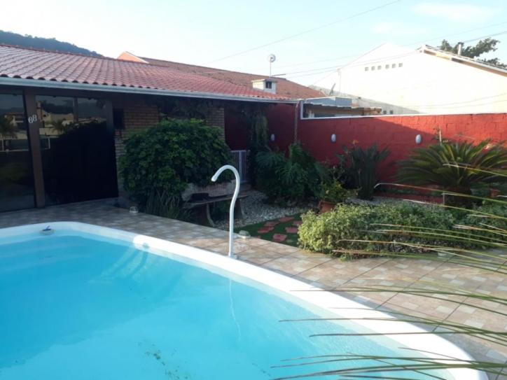 The swimming pool at or close to Casa com Piscina em Morrinhos/ Bombinhas -SC