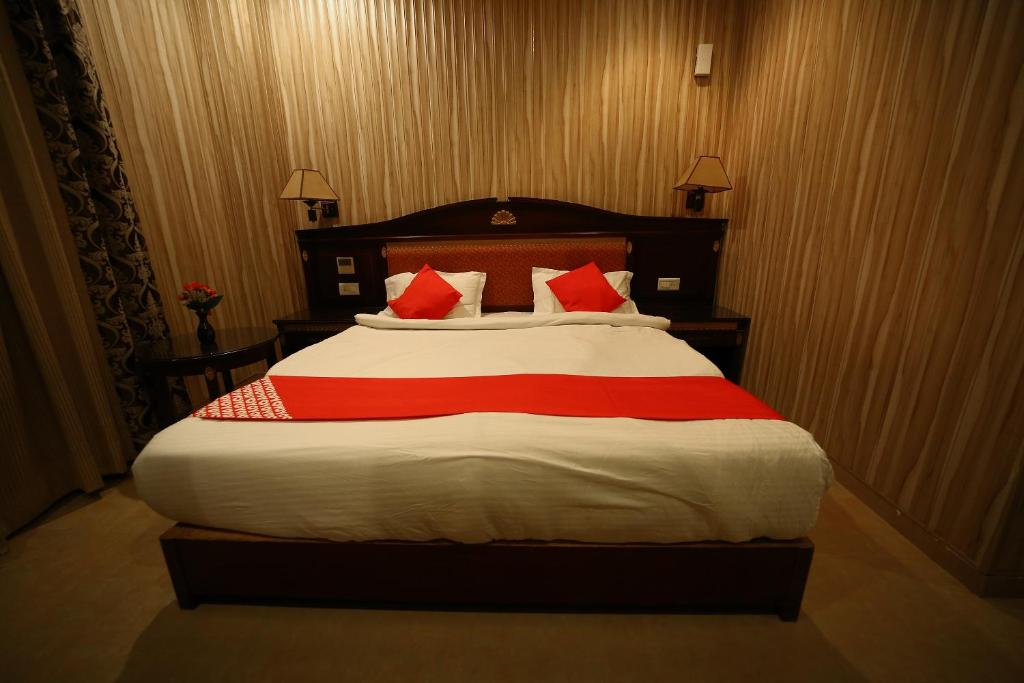 A bed or beds in a room at OYO 24944 Haveli Banquet And Resort