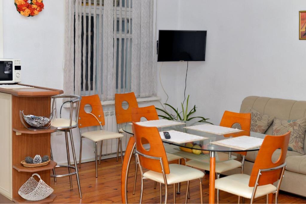 Um restaurante ou outro lugar para comer em Cosy Apartment