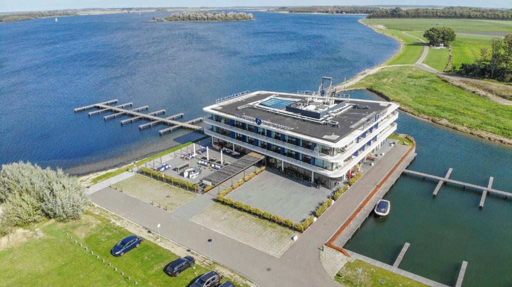 Een luchtfoto van Fletcher Hotel-Restaurant Het Veerse Meer