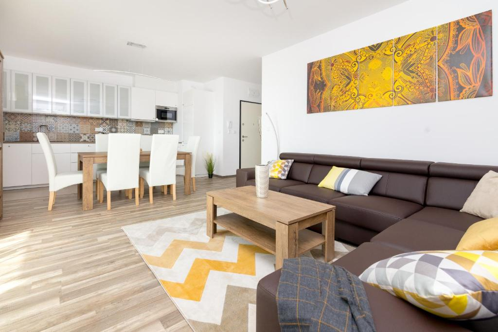 A seating area at Warsaw Airport 3-Bedroom Apartment
