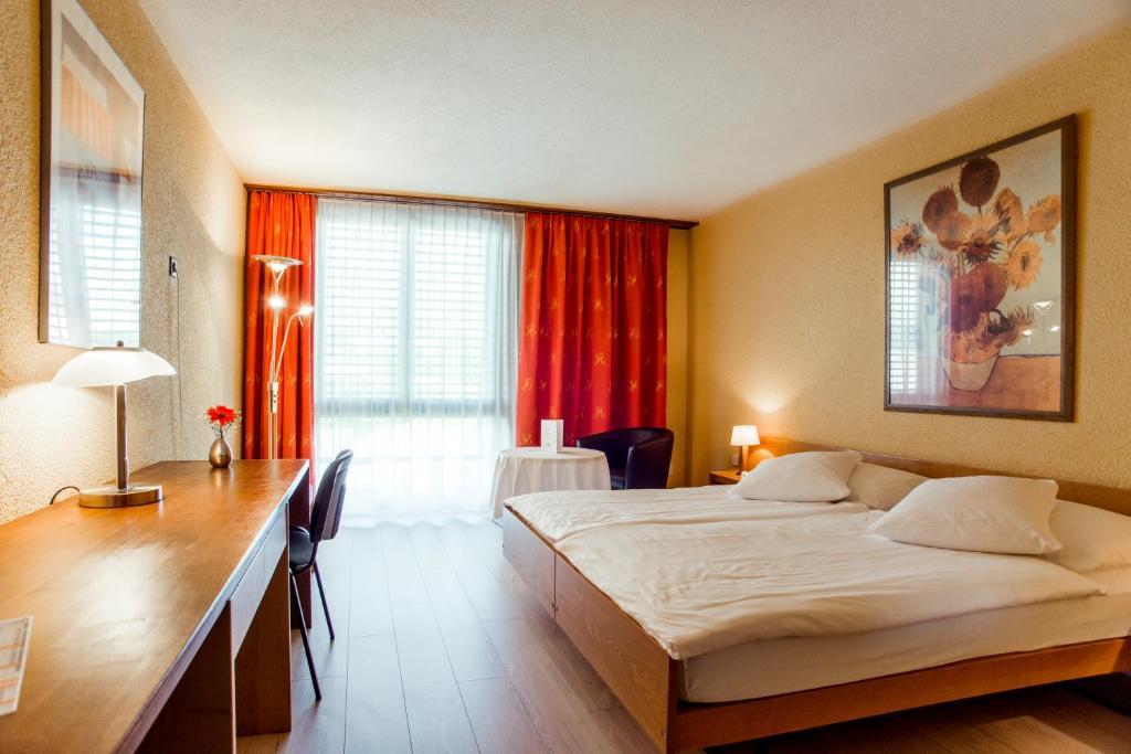 Ein Bett oder Betten in einem Zimmer der Unterkunft Hôtel Le National