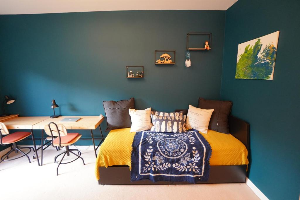 A bed or beds in a room at Vegetarian Cosy flat Greenhithe Bluewater