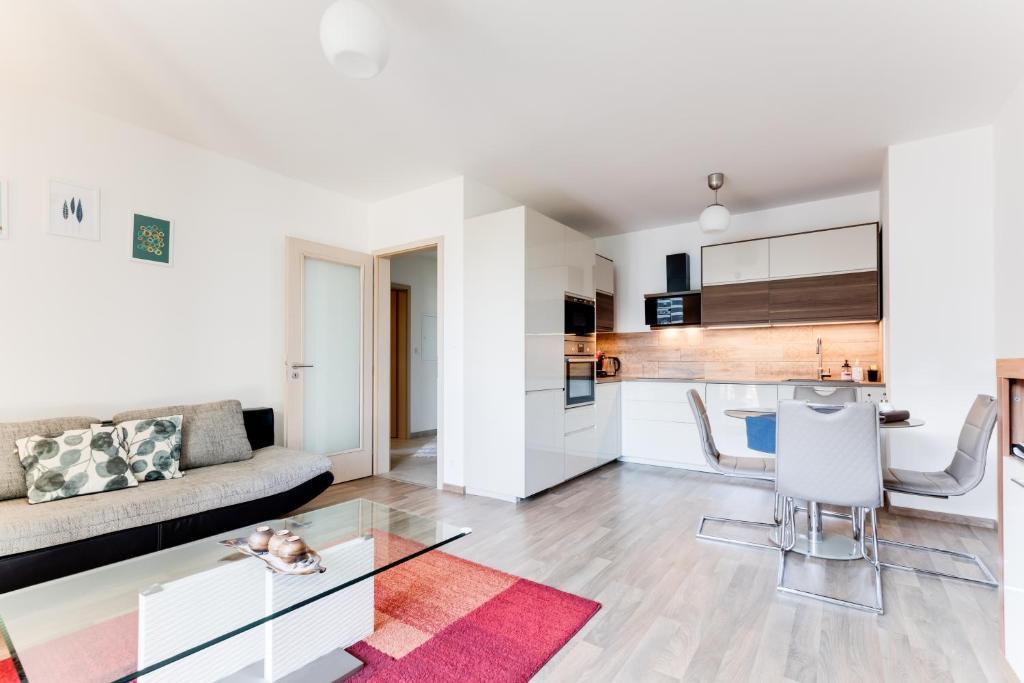Küche/Küchenzeile in der Unterkunft Stylish Apartment in Waltrovka