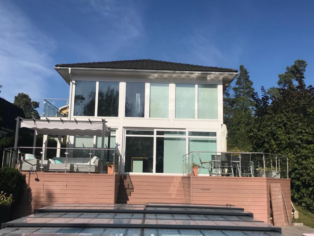 nikos house;