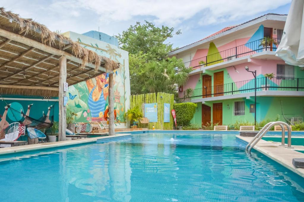 Het zwembad bij of vlak bij Selina Cancun Downtown