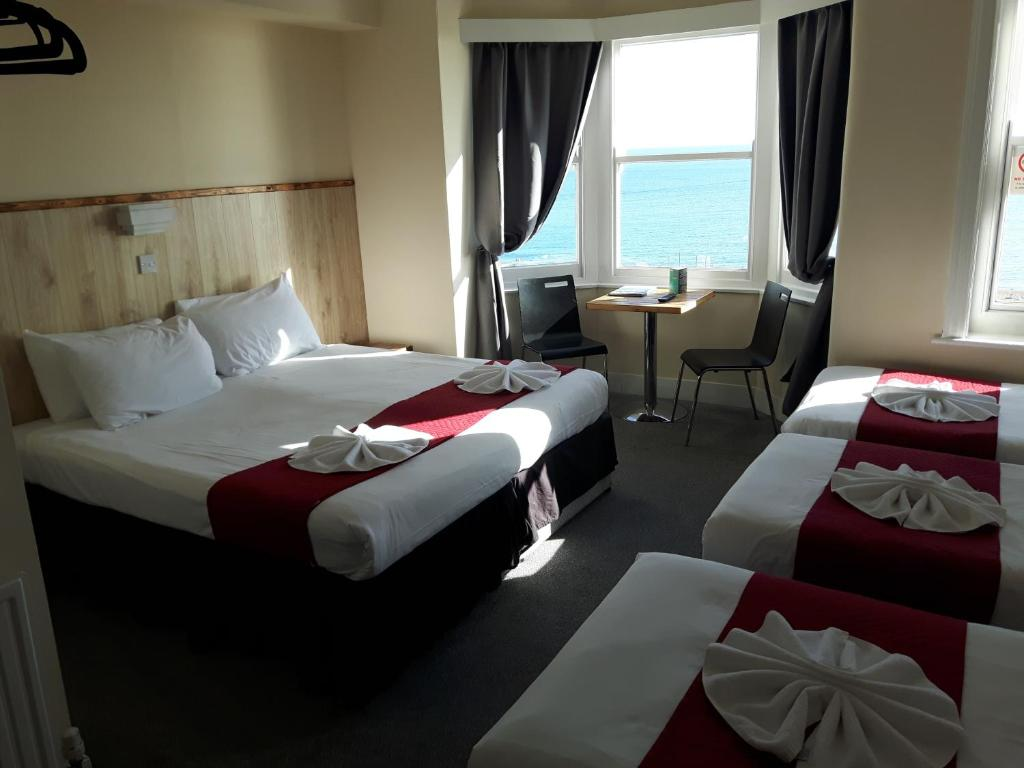 A bed or beds in a room at New Madeira Seafront Hotel