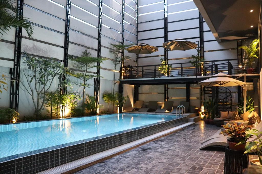HH Hotel & Sky Bar游泳池或附近泳池