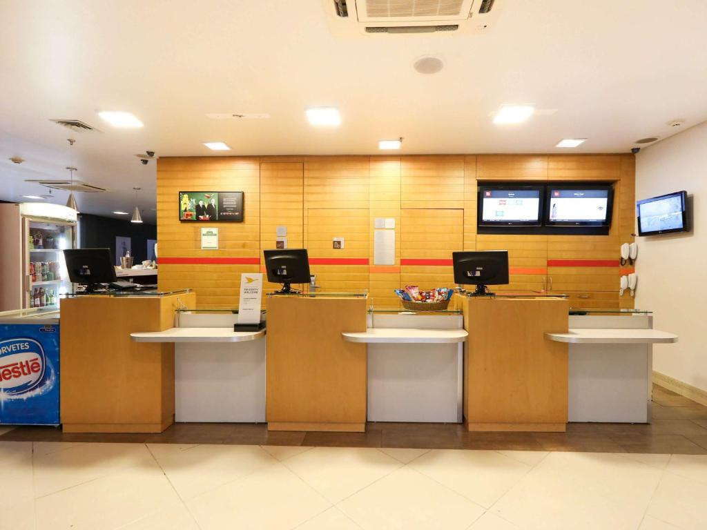 The lobby or reception area at Ibis Montes Claros Shopping