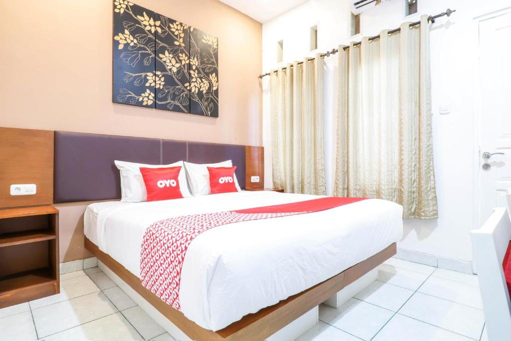 A bed or beds in a room at OYO 1486 Tantular Residence