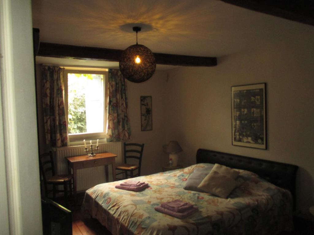 A bed or beds in a room at Chambres d'Hôtes Hameau de Lalanne