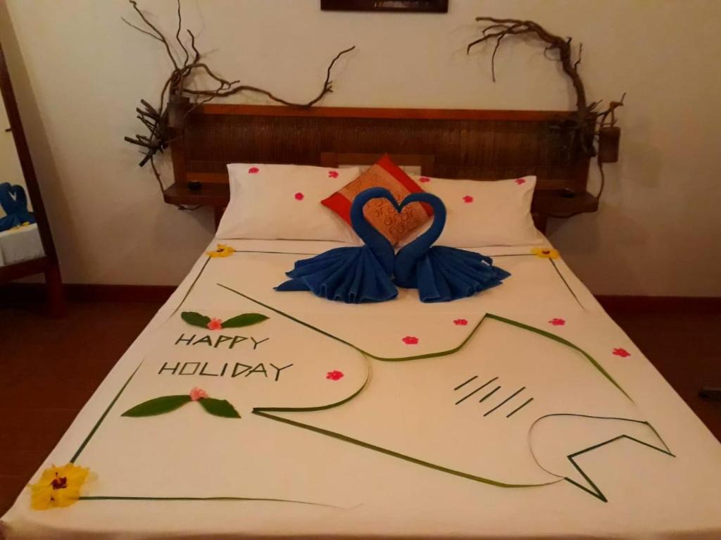 Een bed of bedden in een kamer bij Hudhu Raakani Lodge Maldives